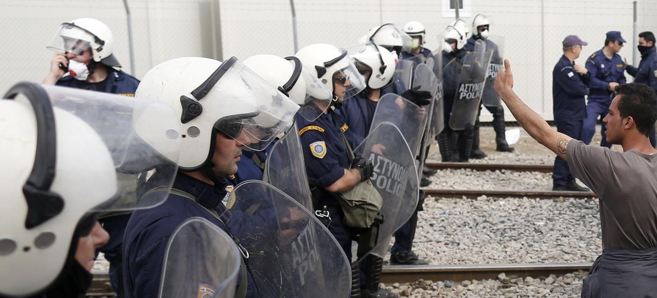 Un migrant proteste contre la fermeture de la frontière gréco-macédonienne, lundi à Idomeni.