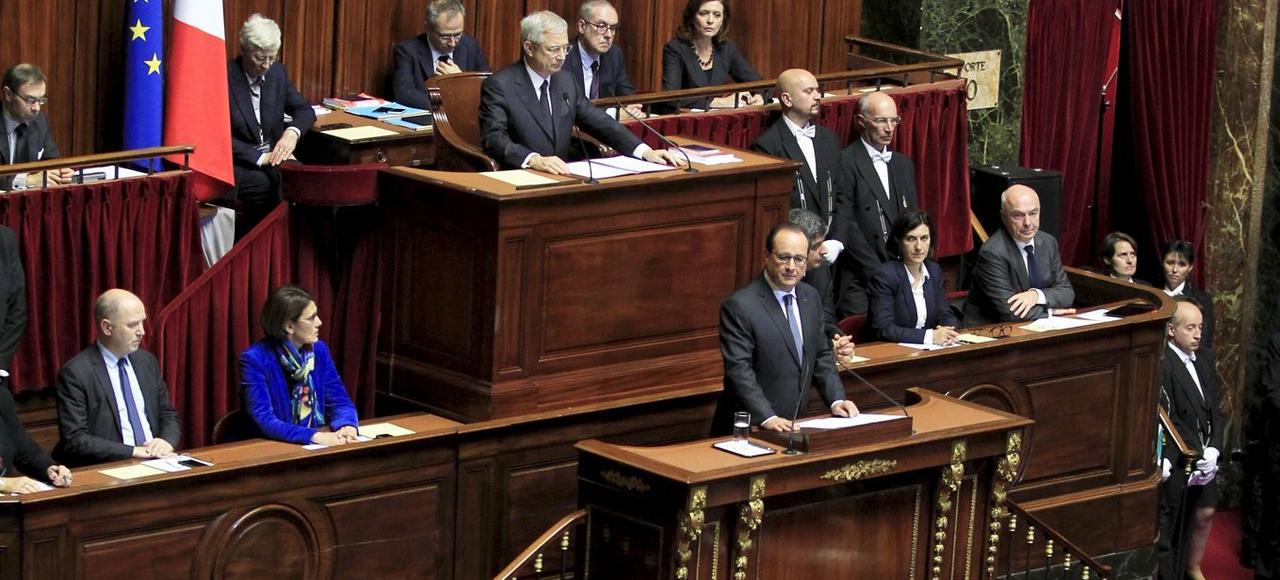 Le 16novembre 2015, trois jours après les attentats de Paris, François Hollande annonce, devant le Congrès du Parlement à Versailles, qu'il va présenter une révision de la Constitution.