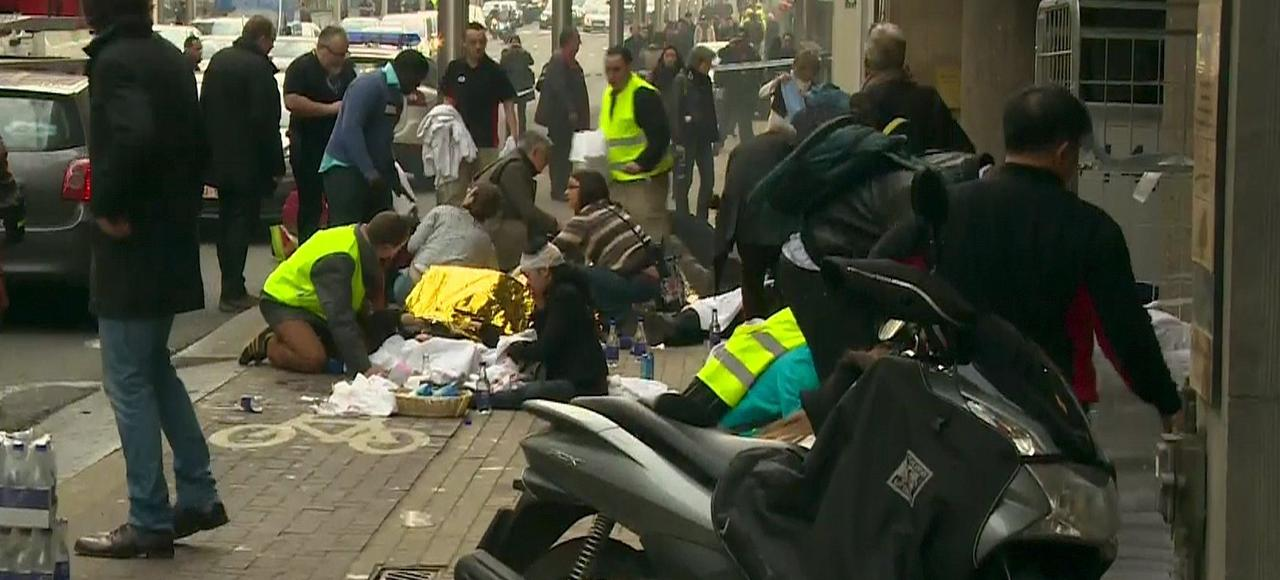 Certains blessés sont soignés directement sur le trottoir, à proximité de la station Maelbeek, mardi matin, peu après l'explosion d'une bombe dans une rame de métro.