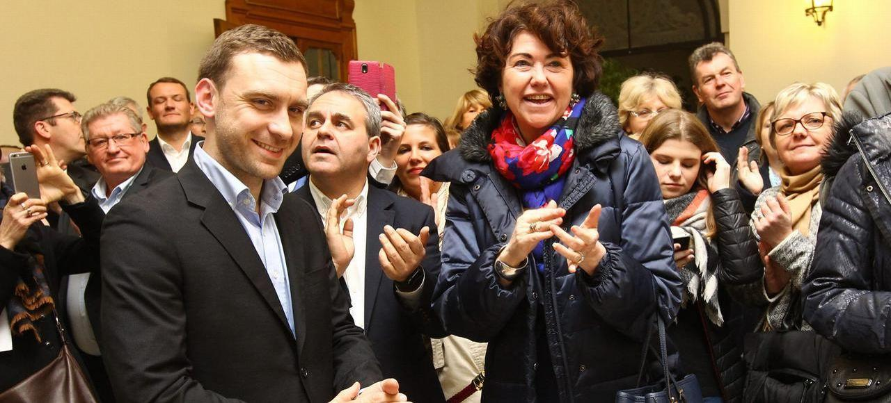 Julien Dive (à gauche), célébrant sa victoire en compagnie de Xavier Bertrand (à droite), dimanche, au Palais de Fervaques, à Saint-Quentin. - Crédits photo: Fred Haslin/PHOTOPQR/LE COURRIER PICARD