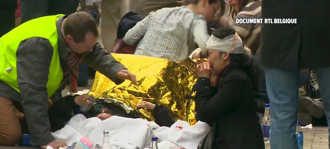 Les secours soignent les victimes près de la station de métro Maelbeek.