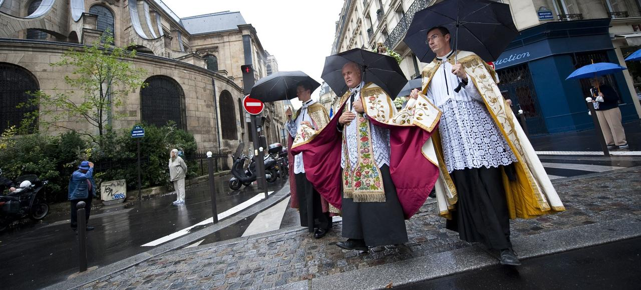 La paroisse de Saint-Nicolas-du-chardonnet organise une procession mariale dans les rues de Paris à l'occasion de l'Assomption.