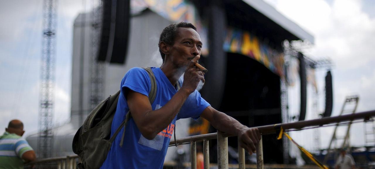 Un cubain pose devant la scène où joueront les Rolling Stones, au Ciudad Deportiva de La Havane.