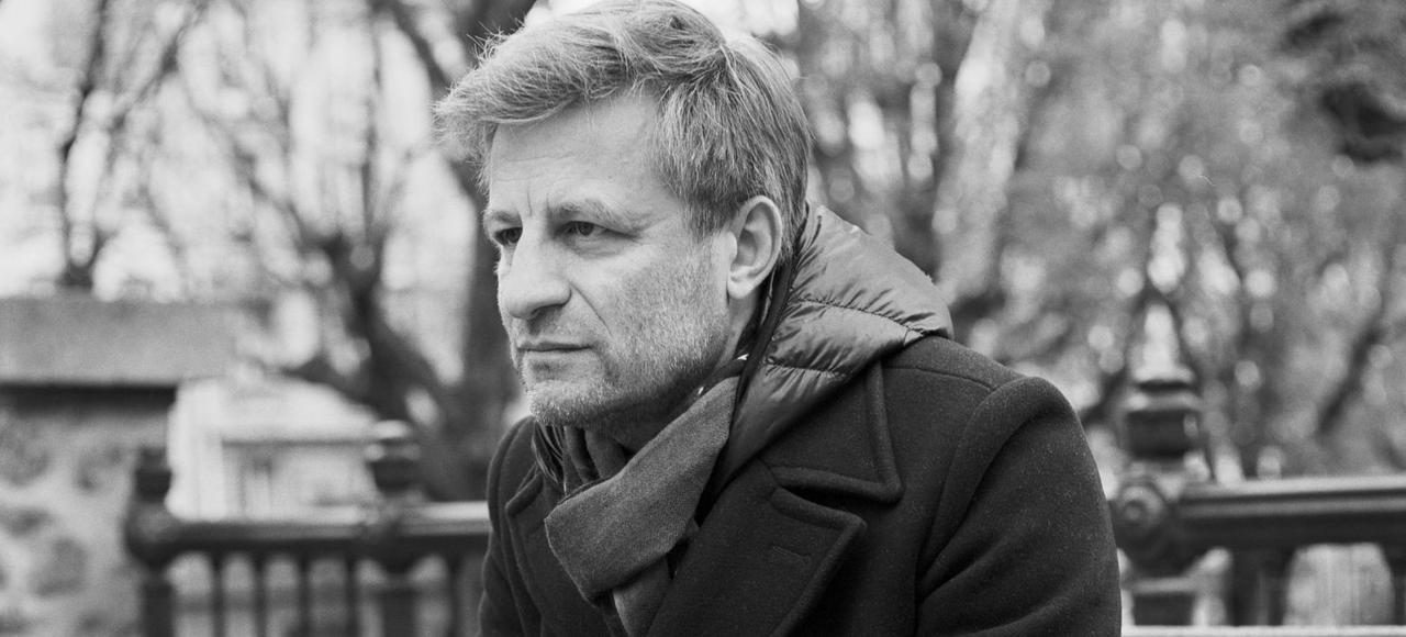 Jean-Yves Jouannais écoute religieusement les mots, plonge dans les profondeurs de leur étymologie.