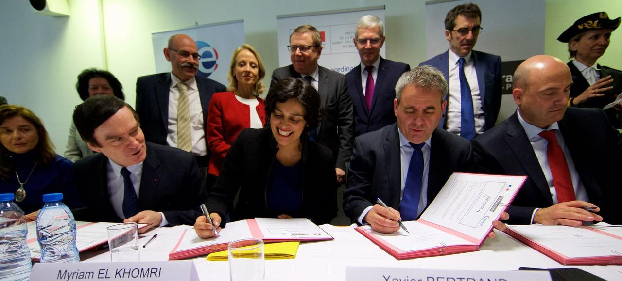 La ministre du Travail, Myriam El Khomri, et le président de la région Hauts-de France, Xavier Bertrand, signent le grand plan de 500.000 formations supplémentaires, le 23 mars à Arras.