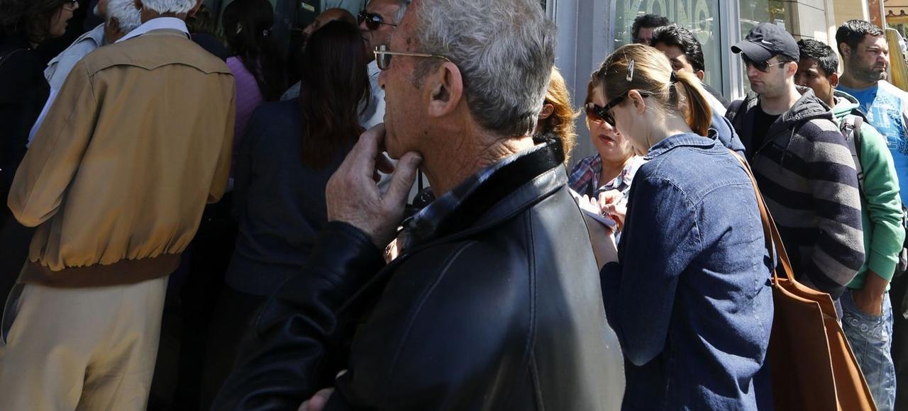 En mars 2013, la troïka décide de faire payer une partie de la factureaux gros déposants, déclenchant la ruée des Chypriotes sur les agences bancaires pour retirer leur argent.