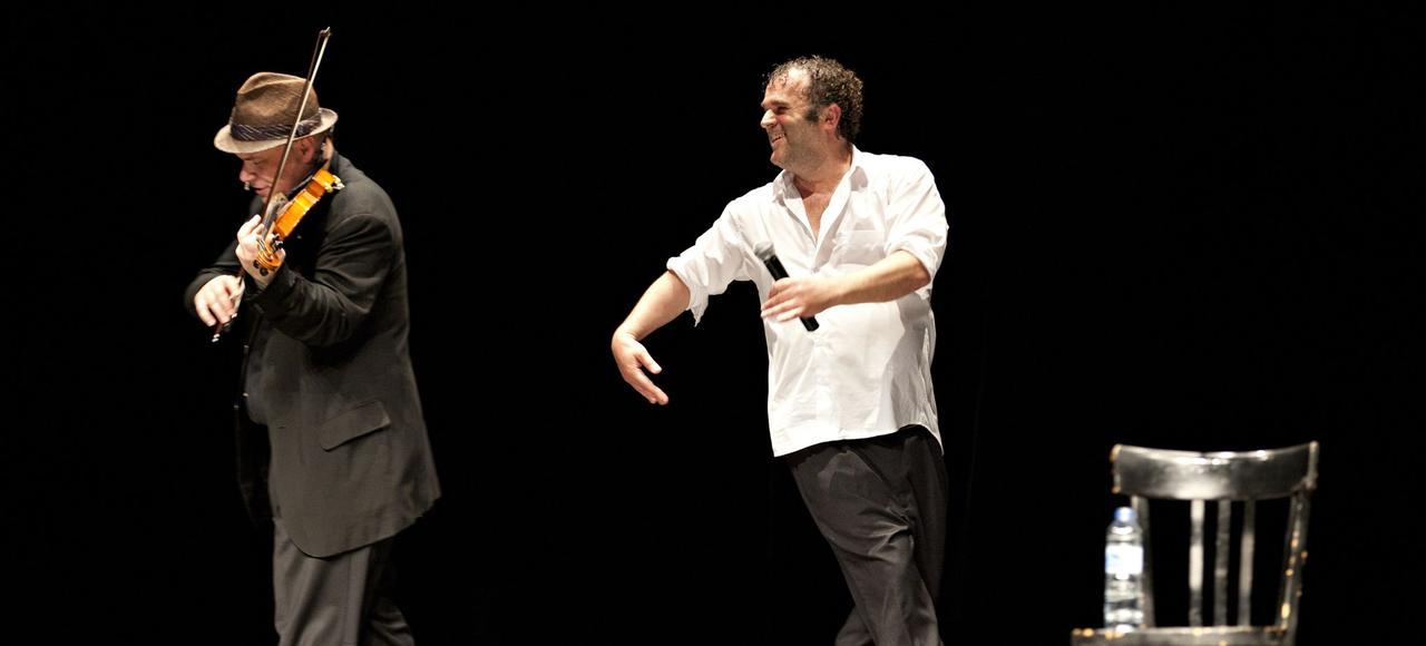 Un programme sous forme de voyage musical que nous offre Pippo Delbono (à gauche) avec Alexander Balanescu aux Bouffes du Nord.