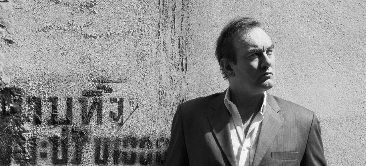 Romancier et journaliste britannique, Lawrence Osborne a parcouru le monde et vit actuellement à Bangkok.