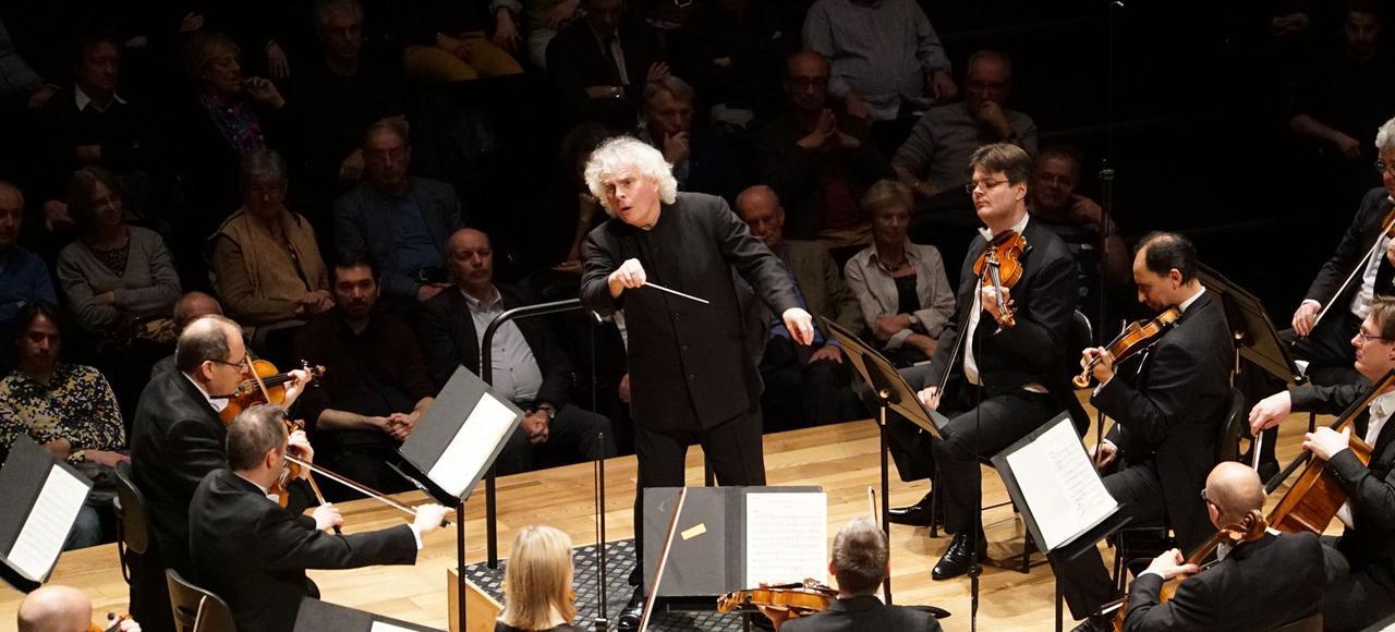 Simon Rattle dirige le London Symphony Orchestra à la Philharmonie de Paris.