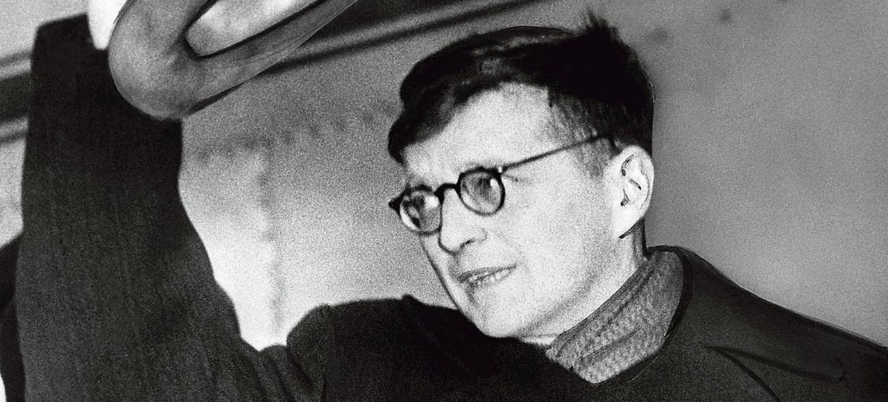 Dimitri Chostakovitch àl'aéroport de New York où il se rendà une conférence de la paix en 1949