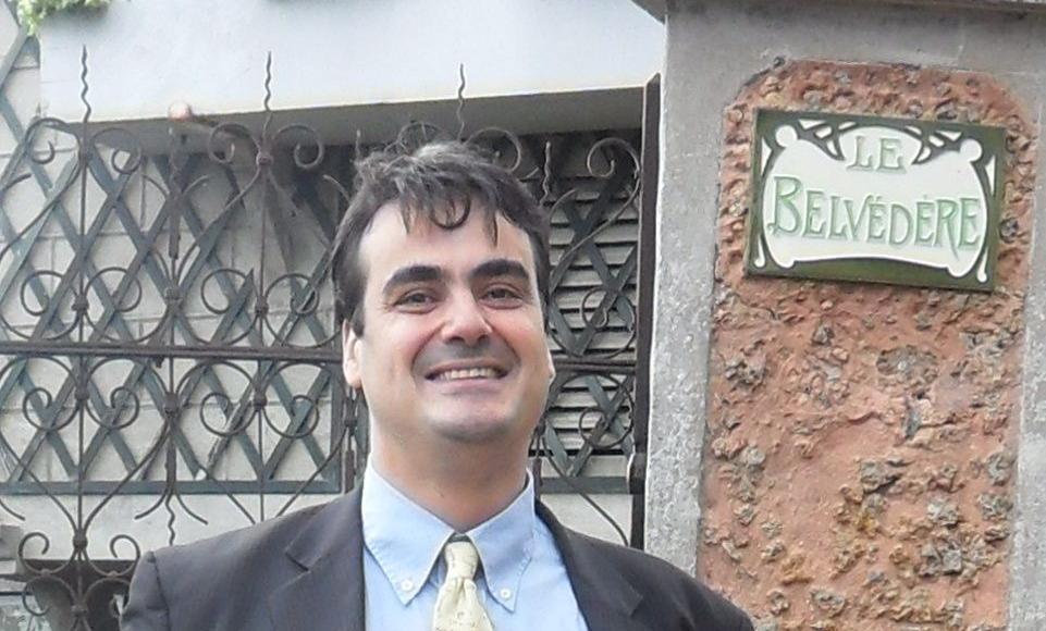 Manuel Cornejo devantla demeure de Maurice Ravel à Montfort- l'Amaury.