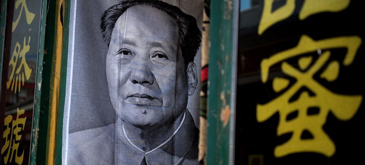Un poster de Mao dans l'entrée d'une échoppe à Pekin.