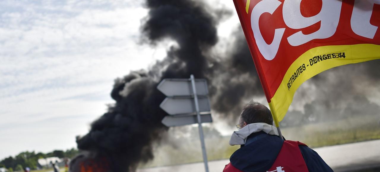Un membre de la CGT lors du blocage de la raffinerie de Donges (ouest de la France) le 31 mai 2016.