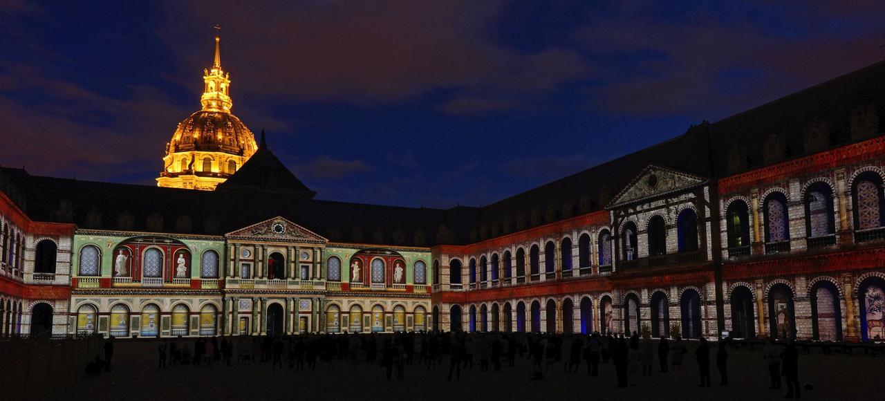 Le spectacle, qui repose sur 32 séquences, revient sur 2000 ans d'histoire de France, dans la Cour d'honneur des Invalides.