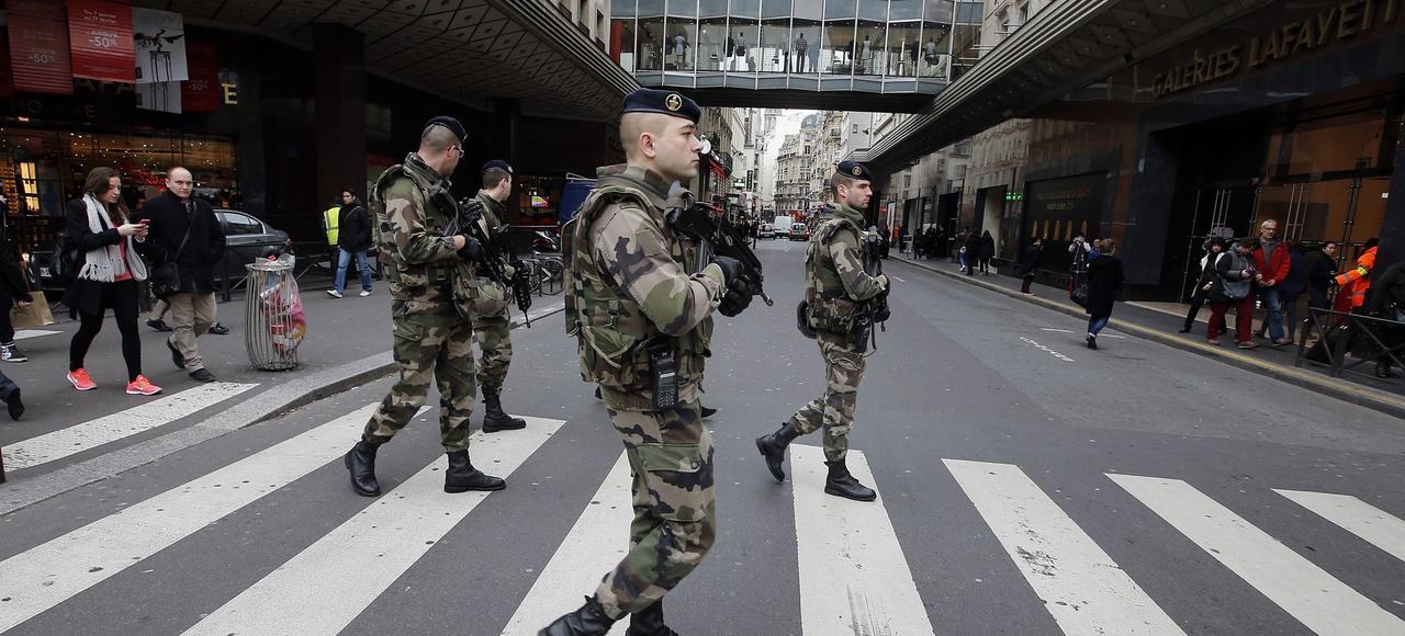 Patrouille de soldats français dans les rues de Paris, le 10 janvier 2015.