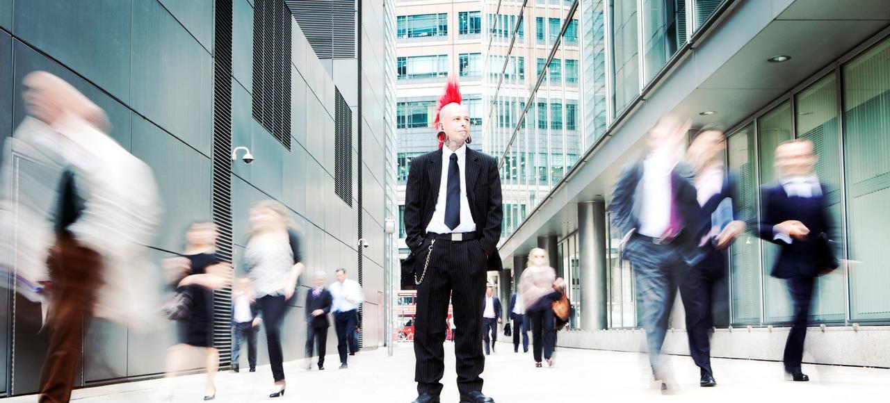 Un homme d'affaires non-conformiste refusant de se déplacer avec la foule.