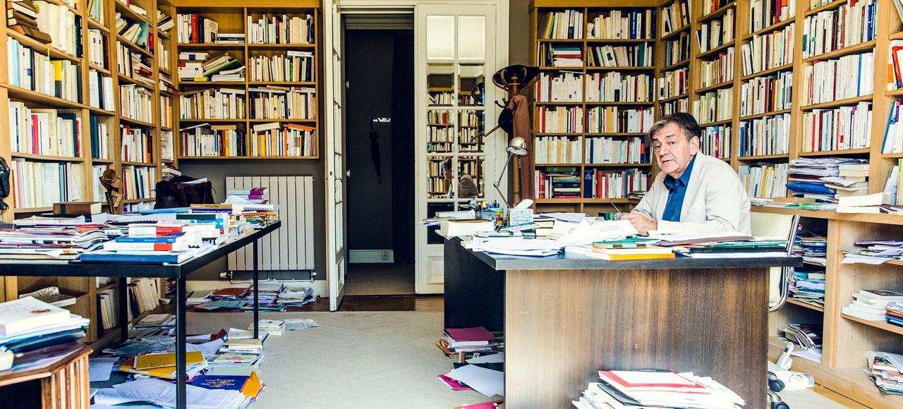 Alain Finkielkraut chez lui, dans son bureau.