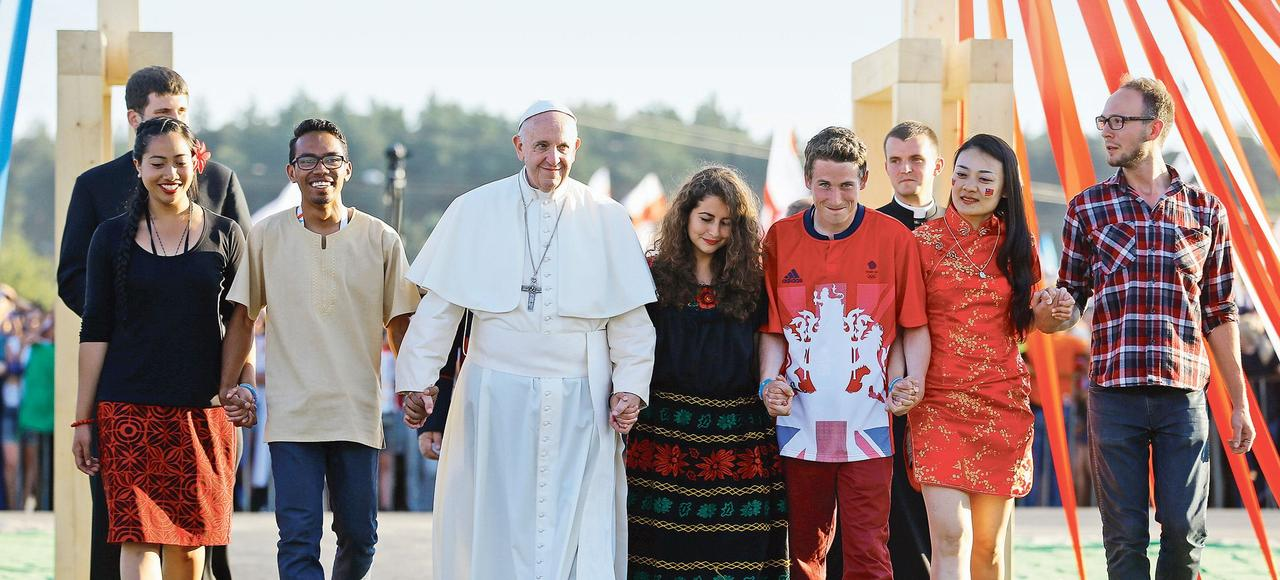 Le pape François arrive au Campus Misericordiae entouré par des jeunes, samedi soir à Cracovie.