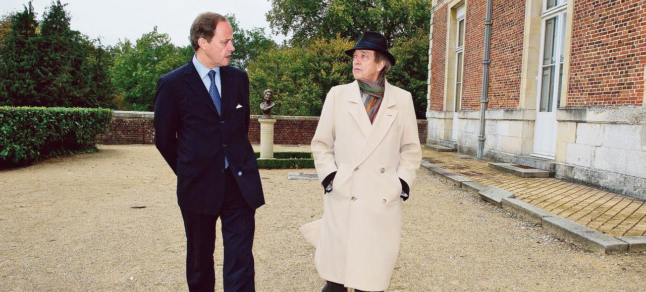 Le comte de Paris, Henri d'Orléans (à droite), au côté de son fils jean, duc de Vendôme en 2011.