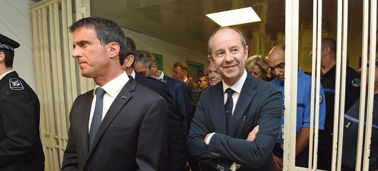 Manuel Valls et le ministre de la Justice, Jean-Jacques Urvoas, lors de leur visite, lundi, à la maison d'arrêt de Nîmes, dans le Gard.
