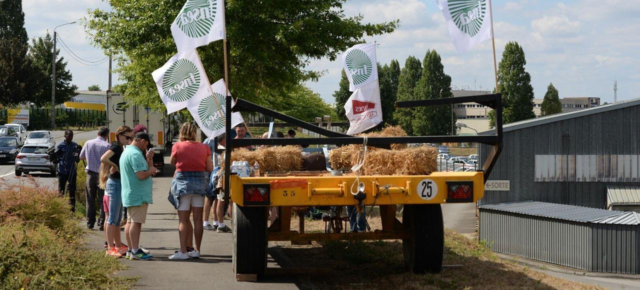 Des agriculteurs bloquent la plateforme logistique de Lactalis lundi, à Cesson-Sévigné, près de Rennes.