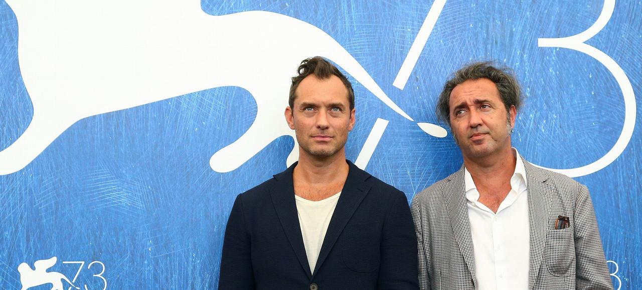 Jude Law et le cinéaste, Paolo Sorrentino, à la Mostra de Venise, le 3 septembre, où ils sont venus présenter <i>The Young Pope</i>.