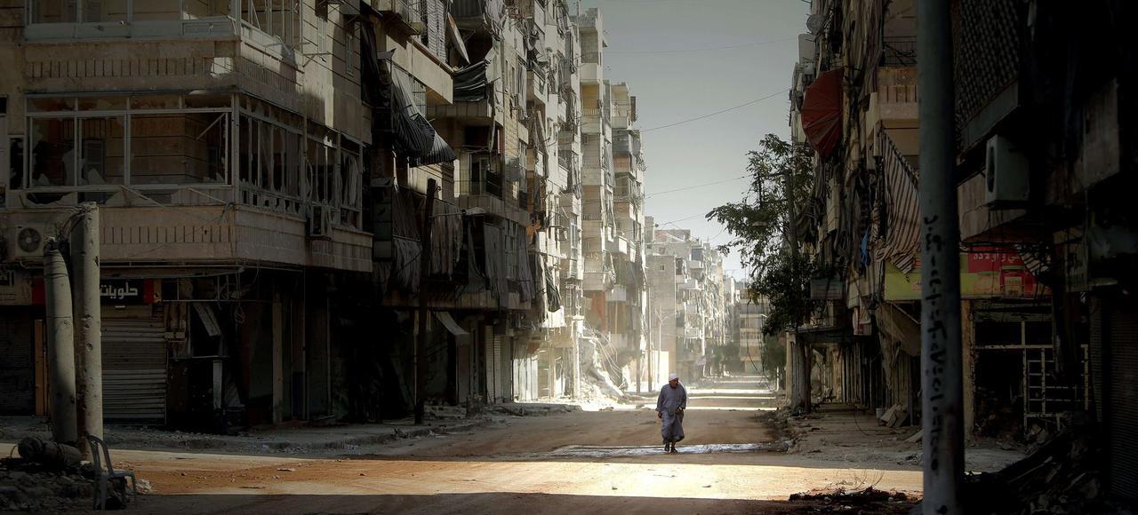 Un homme au milieu des ruines dans le quartier de Salaheddin, près d'Alep.