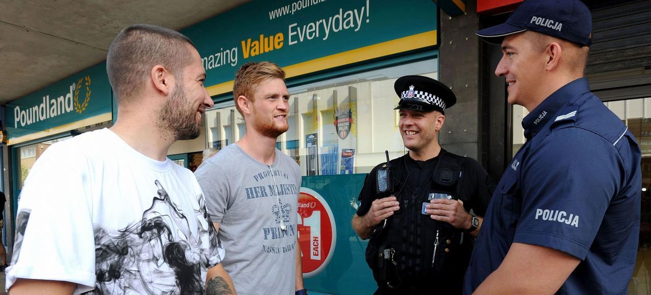 Un policier polonais (à droite), associé à un collègue britannique, patrouille jeudi dans les rues de Harlow (Essex) pour rassurer une communauté traumatisée par l'agression mortelle contre un compatriote.