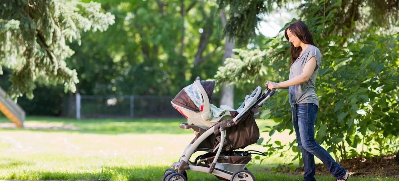Les familles employant une assistante maternelle ou un salarié à domicile pourraient bénéficier de cette baisse des charges si elle était appliquée.