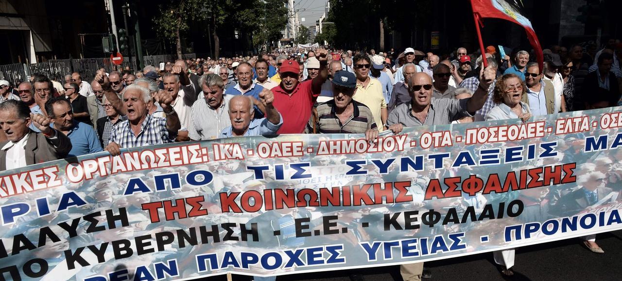 Les retraités grecs manifestent, le 3 octobre à Athènes, contre la baisse drastique de leurs pensions.