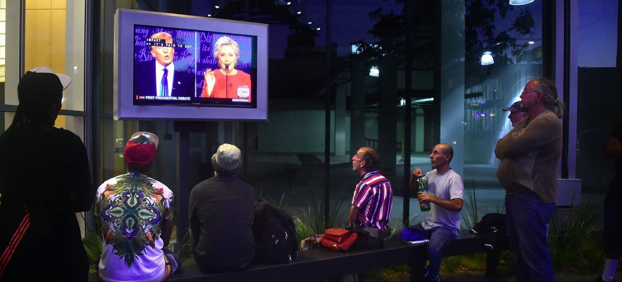 Dans une rue de Los Angeles, des passants regardent le premier débat entre Hillary Clinton et Donald Trump, le 26 septembre.