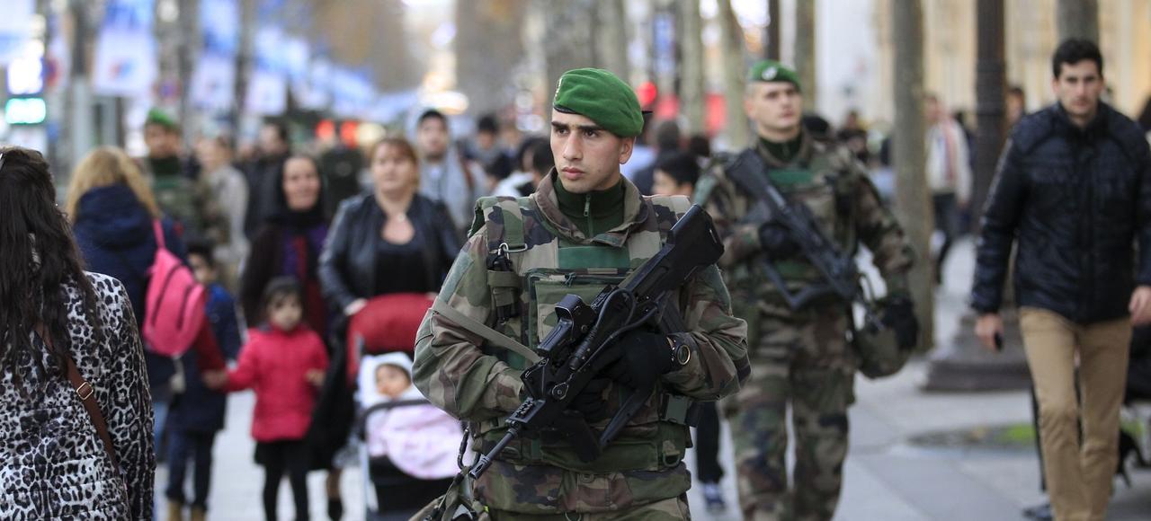 Des militaires en patrouille sur l'avenue des Champs-Élysées, en décembre dernier à Paris.