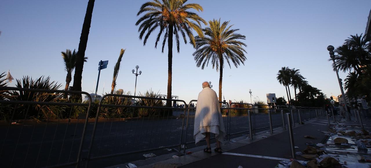 Un homme sur la promenade des Anglais à Nice, au lendemain de l'attaque terroriste du 14 juillet. Le bilan de cet attentat s'élève à 86 morts et 18 blessés.