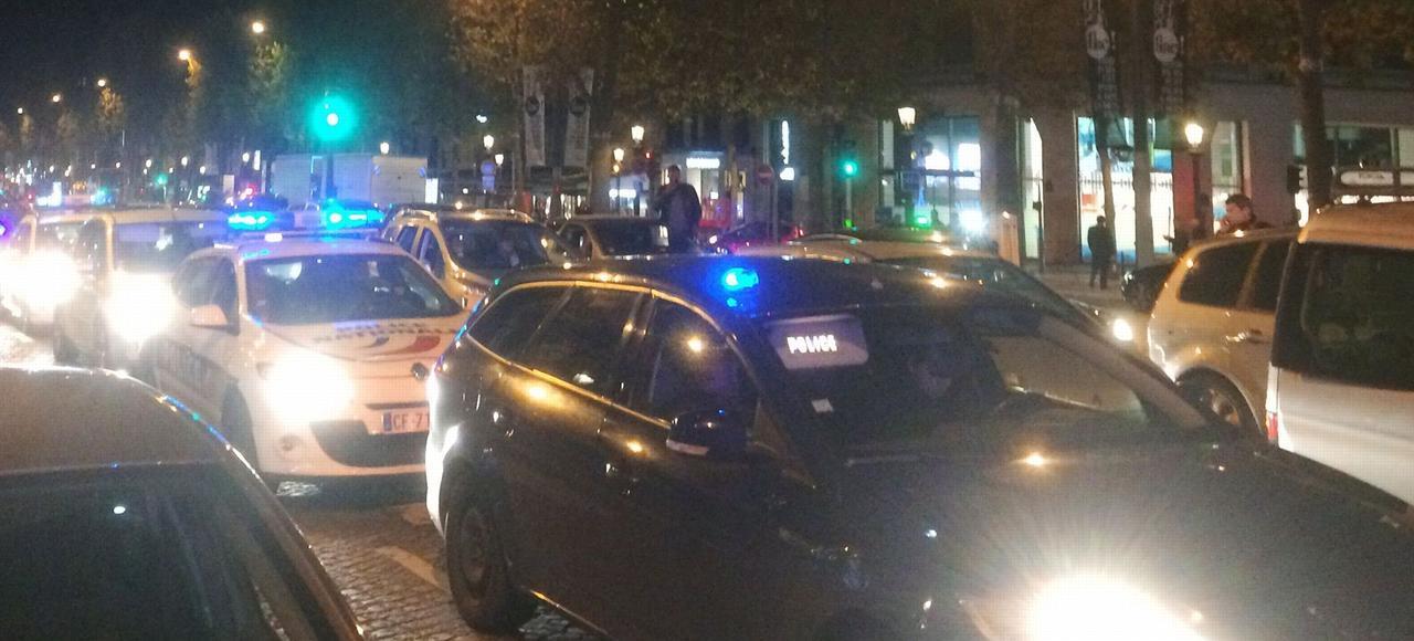 Sur les Champs-Elysées, lundi soir, lors de la manifestation des policiers.