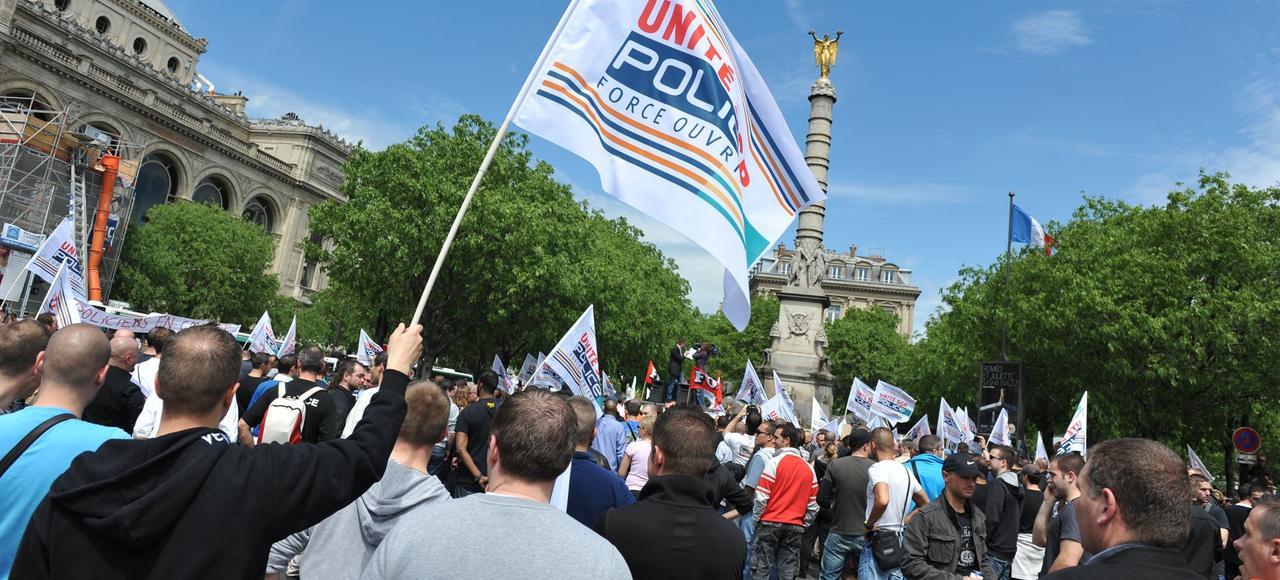 À Paris, en mai 2012, des policiers manifestent pour soutenir un collègue de Seine-Saint-Denis mis en examen pour homicide volontaire.