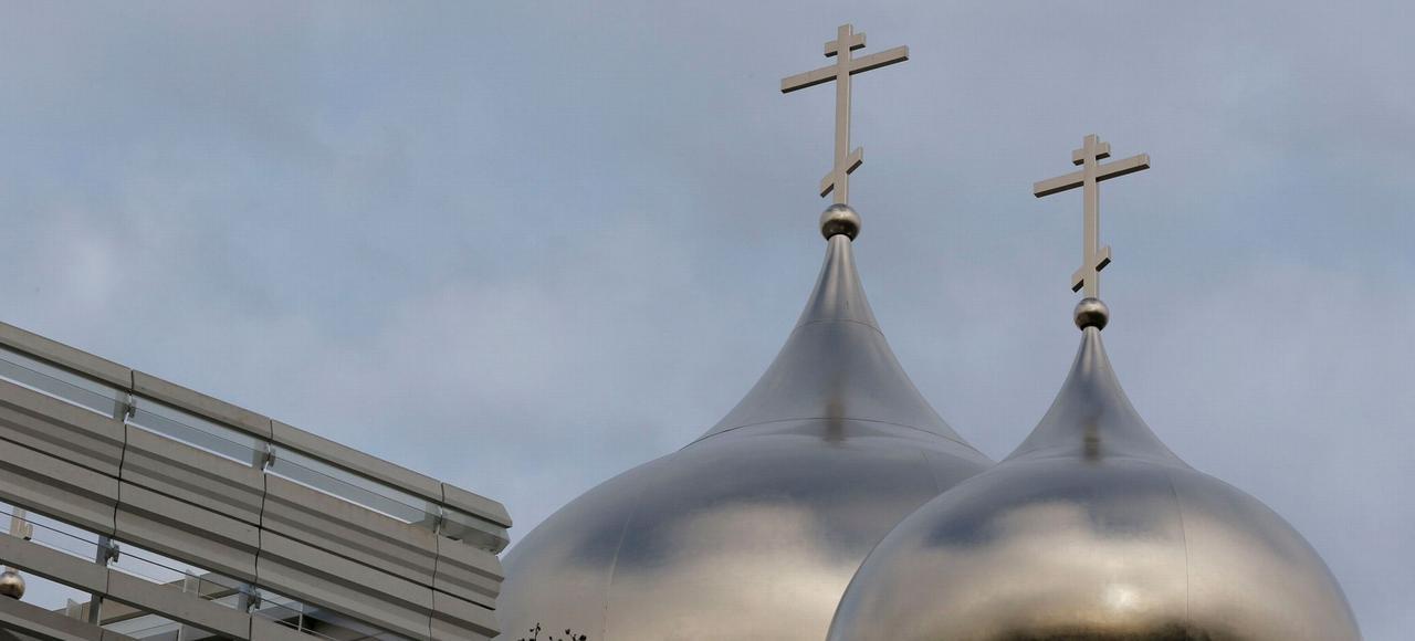 Deux des cinq dômes dorés du nouveau «centre spirituel et culturel orthodoxe», inauguré mercredi Quai Branly, à Paris, en présence du ministre russe de la Culture.