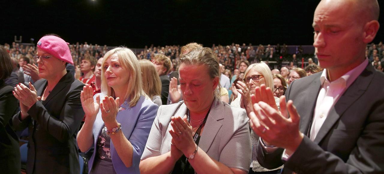 Tracy Brabin (2e en partant de la gauche), qui doit succéder à Jo Cox, le 25 septembre lors du congrès du Labour, à Liverpool, pendant une minute de silence en mémoire de l'élue assassinée en juin à Birstall.