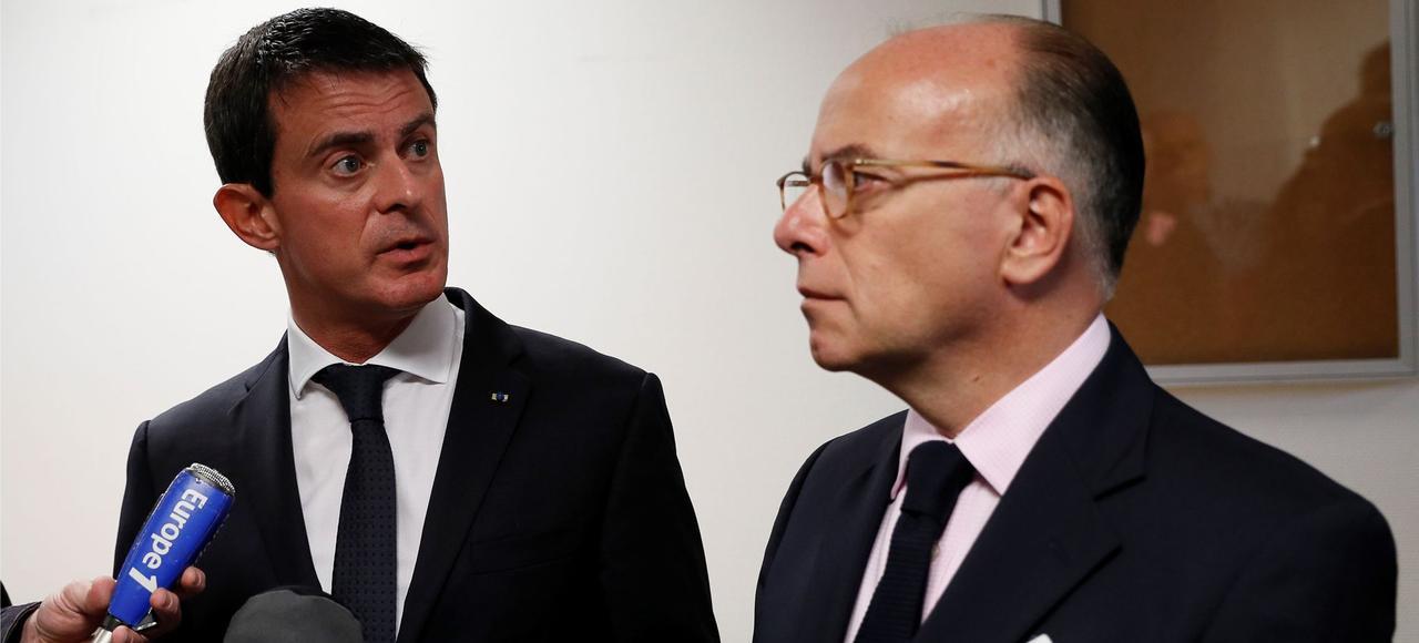 Manuel Valls et Bernard Cazeneuve, à Savigny-sur-Orge, le 10 octobre.