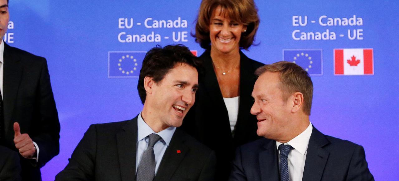 Le premier ministre canadien Justin Trudeau (à gauche) et le président du Conseil européen Donald Tusk lors de la signature des accords de libre-échange entre le Canada et l'UE, le 30 octobre 2016 à Bruxelles.