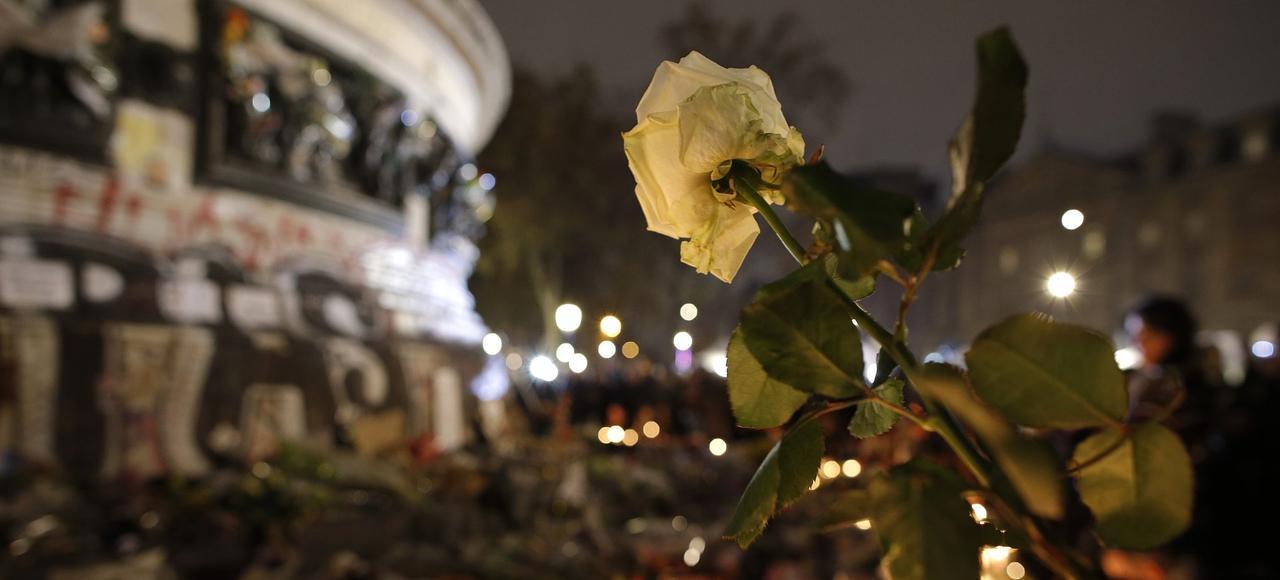La Place de la République, à Paris, couverte de bougies et de fleurs, le 16 novembre 2015, trois jours après les attentats.