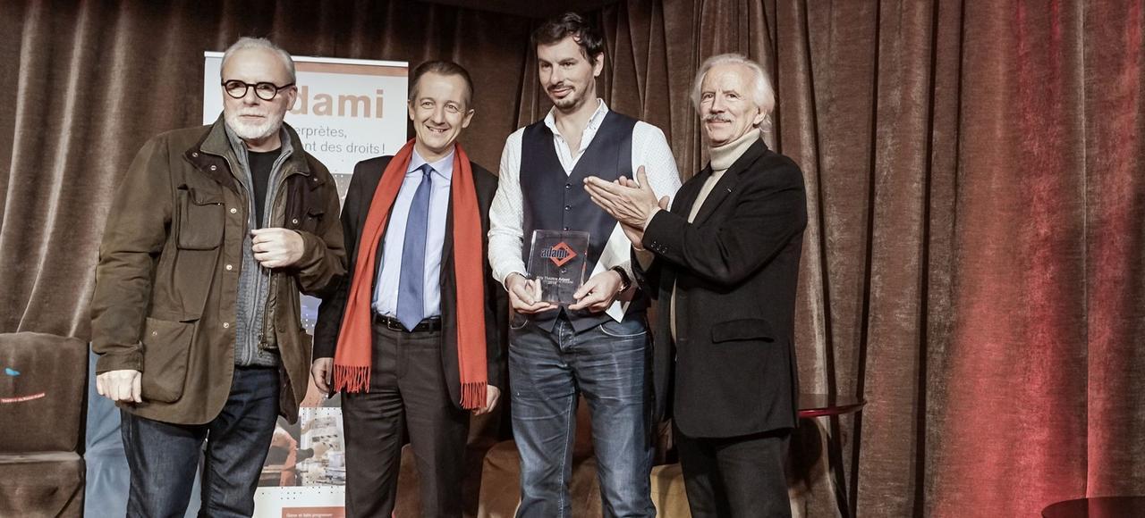 Jean-Jacques Milteau, président de l'Adami, le journaliste Christophe Barbier, Quentin Defalt, directeur de la compagnie Teknaï lauréat du Prix théâtre Adami 2016 et Jean-Paul Tribout, vice président de l'Adami