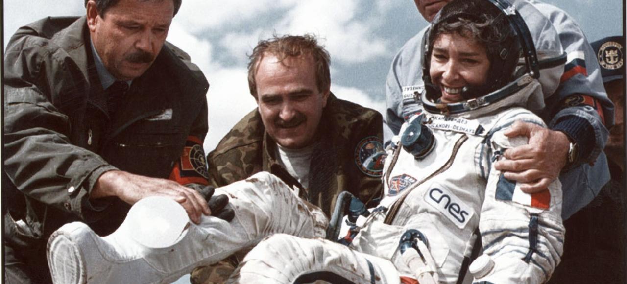 Claudie André-Deshays (épouse Haigneré depuis 2001), lors de son retour sur Terre le 2 septembre 1996.