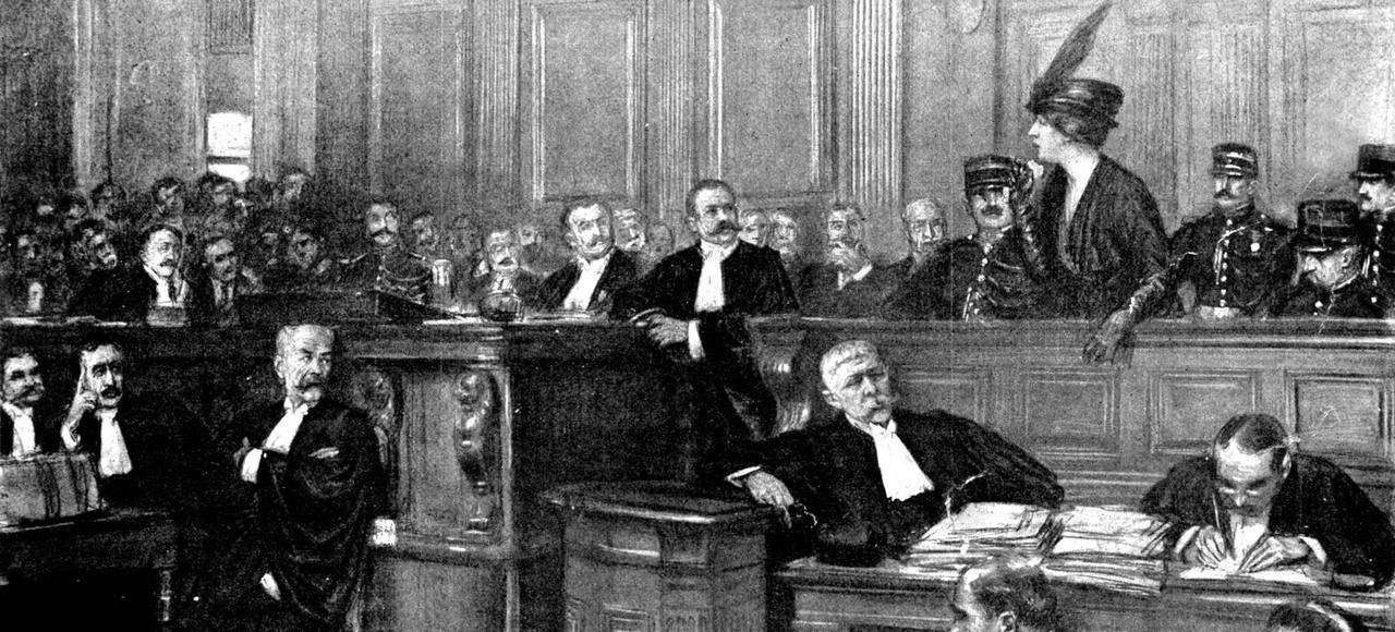 Henriette Caillaux <i>(àdroite</i>) lorsdesonprocès, ouvert le20juillet 1914. Sonavocat <i> (au centre)</i> plaidera lecrime passionnel et obtiendra l'acquittement.
