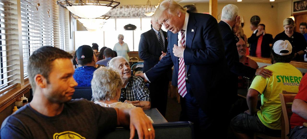 Candidat antisystème, Donald Trump n'a jamais craint d'aller à la rencontre du peuple, comme ici dans un restaurant de l'Ohio.