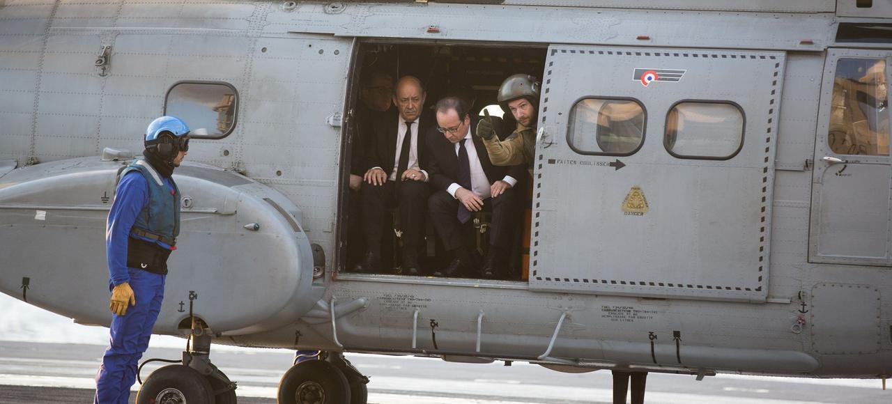 François Hollande lors de son arrivée sur le porte-avions Charles de Gaulle, le 4 décembre 2015.