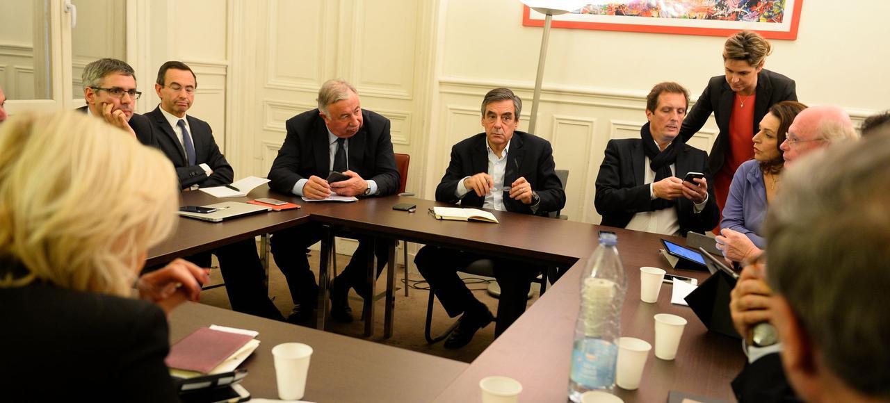 QG de campagne, lundi 21novembre. François Fillon, avec son équipe, entouré de Gérard Larcher, président du Sénat (à gauche), et Jérôme Chartier, son porte-parole (à droite).