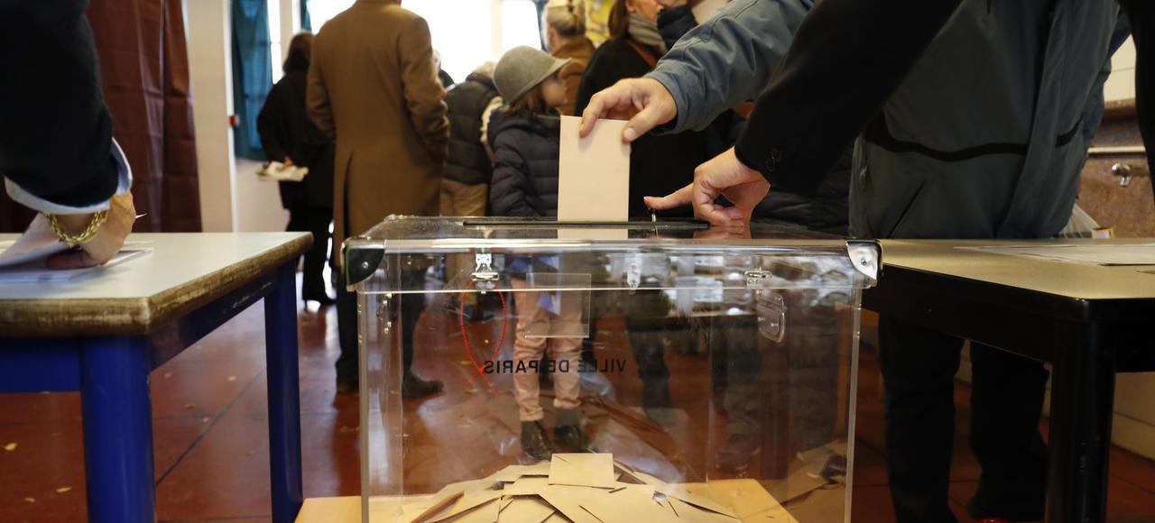 Un bureau de vote parisien, dimanche.