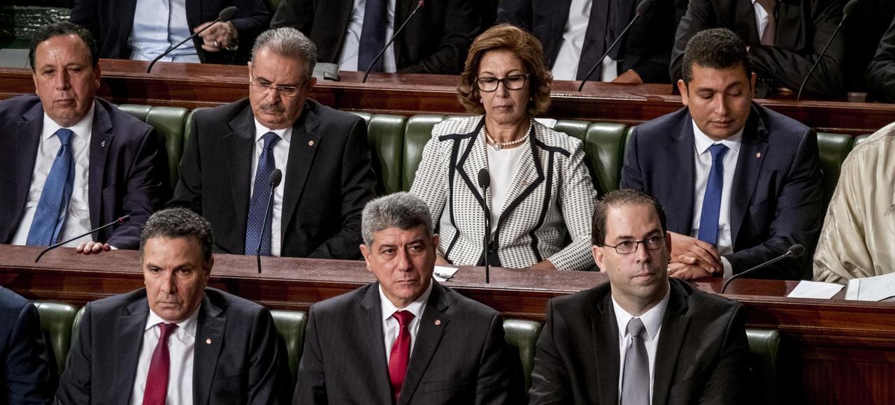 Abdeljalil Ben Salem (en haut, deuxième à gauche, en août 2016 au Parlement tunisien), ancien ministre des Affaires religieuses, a été limogé début novembre après des propos faisant le lien entre terrorisme et wahhabisme saoudien.
