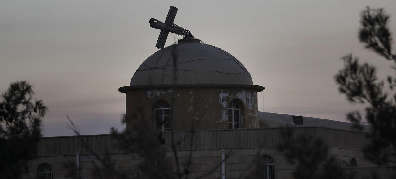 La croix cassée de l'église de Qaraqosh, libérée de l'État islamique par les troupes irakiennes, le 26 novembre.