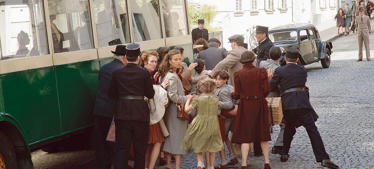 De la fenêtre de l'ambulance qui le conduit à l'hôpital, le jeune Maurice Gutman voit sa famille arrêtée lors d'une rafle.